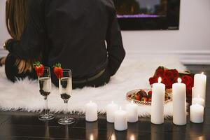 couple-on-romantic-date_925x