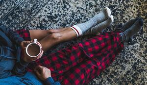 cozy-couple-with-hot-chocolate_925x